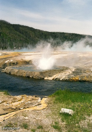 Photo - Le parc de Yellowstone - Rivi�re Firehole entour�e de geysers