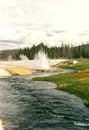Photo - Yellowstone National Park - Rivière Firehole entourée de geysers